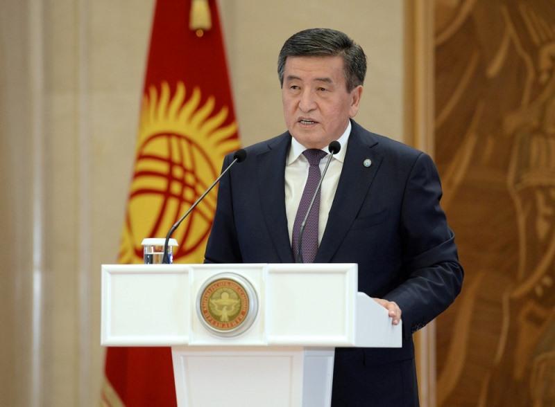 Президент КР Сооронбай Жээнбеков наградил выпускников, получивших высокие баллы на ОРТ